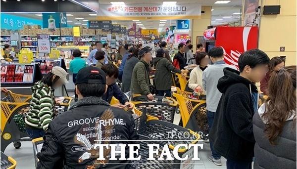 지난해와 올해 아쉬운 성적을 받아든 문영표 롯데마트 사업부장에게 새로운 기회가 주어진 것에 대해 업계는 업무 연속성을 위한 결정이라고 보고 있다. 사진은 서울 시내 이마트 내부. /이민주 기자