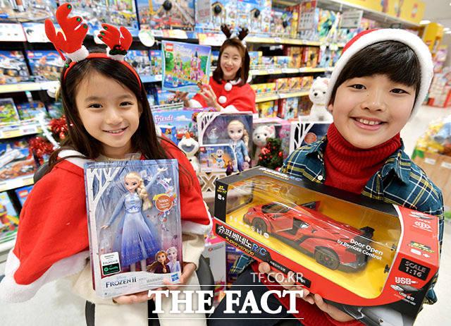 이마트가 19일 오전 서울 이마트 용산점에서 크리스마스 맞이 완구 200여종 할인 상품을 선보이고 있다. /이덕인 기자