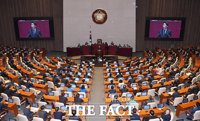한국당을 제외한 민주당과 야 3당, 대안신당은 4+1 협의체를 만들어 선거법 협상에 나서면서 새로운 용어와 제도들이 난무하고 있다. 지난 11월 민주당 이인영 원내대표가 연설하는 모습. /국회=배정한 기자