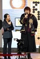 [TF포토] 이세돌 9단에게 응원의 메시지 보내는 가수 김장훈