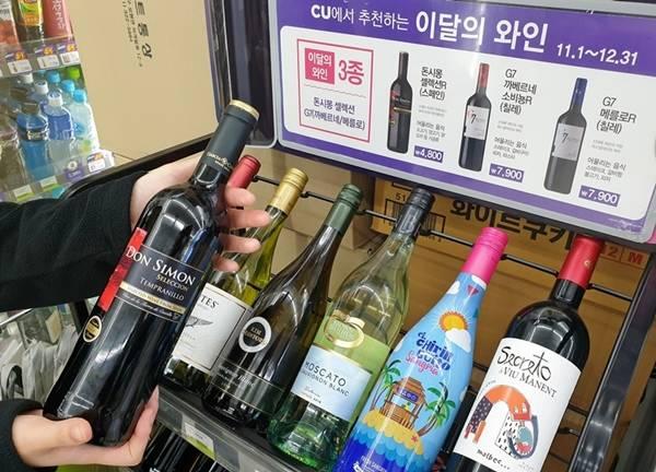 대형마트, 편의점에서는 파티 필수품인 와인 할인 행사를 진행하고 있다. 와인에 곁들일 수 있는 과일과 케이크 상품도 다양하게 구비했다. 사진은 편의점 CU에서 판매하는 와인. /BGF리테일 제공