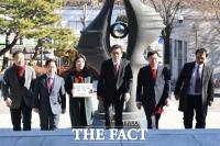 [TF포토] 자유한국당, '청와대 고발장 제출'