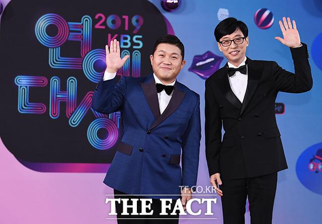 2019 KBS 연예대상 레드카펫 행사가 21일 오후 서울 여의도 KBS 본관에서 진행된 가운데 방송인 조세호(왼쪽)와 유재석이 포토타임을 갖고 있다. / 배정한 기자