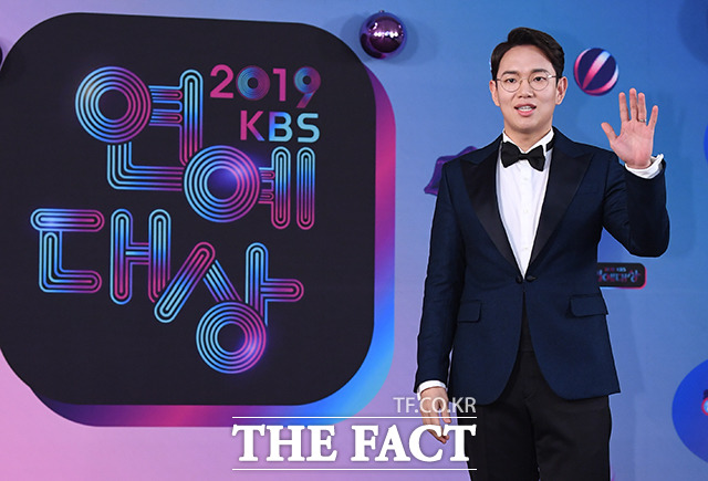 2019 KBS 연예대상 레드카펫 행사가 21일 오후 서울 여의도 KBS 본관에서 진행된 가운데 방송인 장성규가 포토타임을 갖고 있다. / 배정한 기자