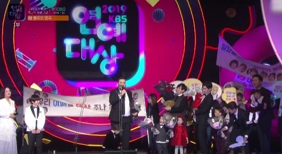 2019 KBS 연예대상은 슈퍼맨이 돌아왔다(슈돌)의 슈퍼맨 아빠들에게 돌아갔다. 슈돌은 시청자가 뽑은 올해 최고의 프로그램상까지 2관왕을 차지했다. /KBS 연예대상 캡쳐