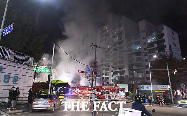 23일 오후 4시 42분께 서울 도봉구 방학동 청구아파트 상가건물 지하에서 불이 나 소방당국이 3시간 넘게 진화작업을 벌이고 있다. /이새롬 기자
