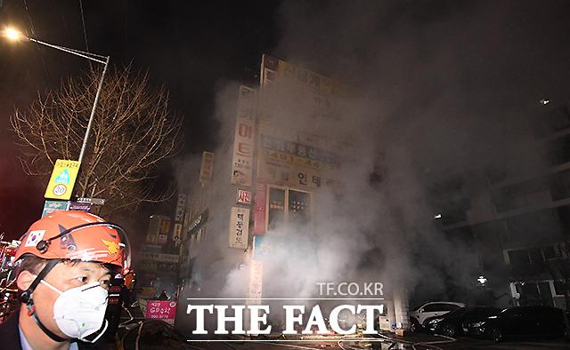 크리스마스를 이틀 앞둔 23일 오후 4시 42분께 서울 도봉구 방학동 청구아파트 상가건물 지하에서 불이 나 소방당국이 3시간 넘게 진화작업을 벌이고 있다. /이새롬 기자