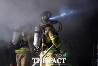 [TF포토] 서울 방학동 아파트상가 화재, '불길 잡는 소방관들'