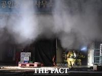[TF포토] 방학동 아파트 상가 화재, '연기와 싸우는 소방관들'