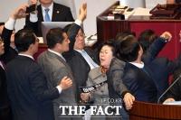 [TF포토] 윤후덕 의원 막아선 이은재 의원