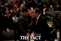 [TF포토] 악수하는 이재오-홍준표