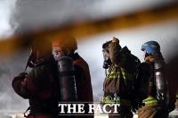 [TF포토] 서울 방학동 상가 화재, '긴박한 소방대원들'