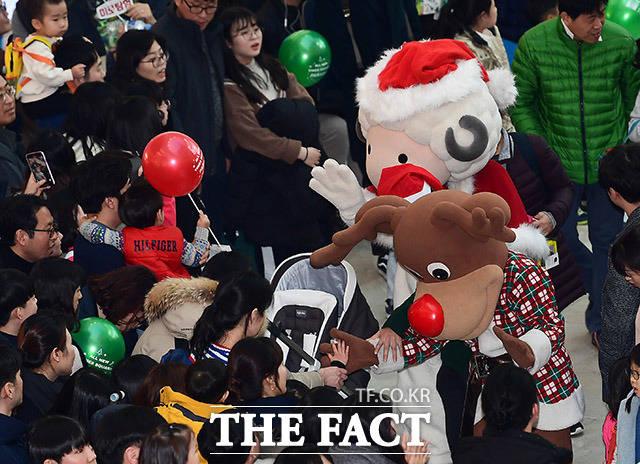 크리스마스인 25일 오후 서울 영등포구 타임스퀘어에서 크리스마스 올 뉴 타임스퀘어 퍼레이드가 열린 가운데 캐릭터 인형들이 관람객들에게 인사하고 있다. /이동률 기자