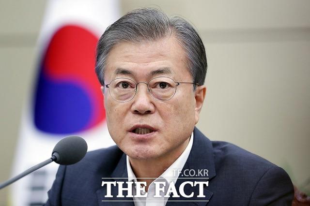 문재인 대통령은 26일 기고 전문매체 프로젝트 신디케이트에 기고한 글에서 북한이 진정성을 가지고 비핵화를 실천해 나간다면 국제사회도 이에 상응하는 모습을 보여주어야 한다고 밝혔다.
