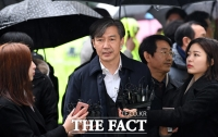 [TF포토] 법원 들어서는 조국 전 법무부장관