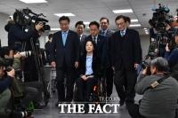 [TF사진관] 민주당 1호 인사에 최혜영 교수…'하트에 더 큰 마음 담아'