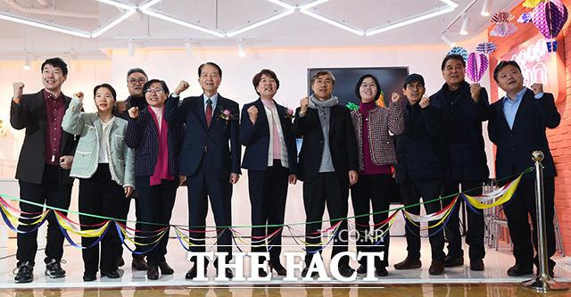 글로벌사이버대학교에의 케이팝 홍보관 팝콘(POP-KON)의 개관식이 27일 오후 서울 강남구 글로벌사이버대학교 서울학습관에서 열린 가운데 참석한 내빈들이 기념 촬영을 하고 있다. /이동률 기자