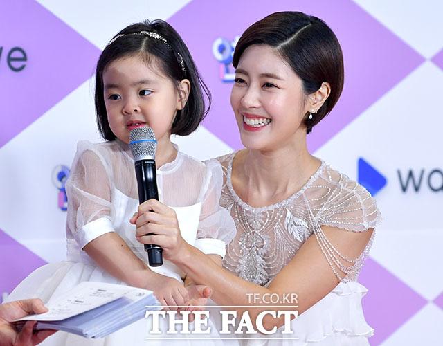배우 이윤지(오른쪽)와 딸 라니.