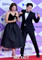 [TF포토] 소이현, 붐의 열정댄스에 고개 '푹'