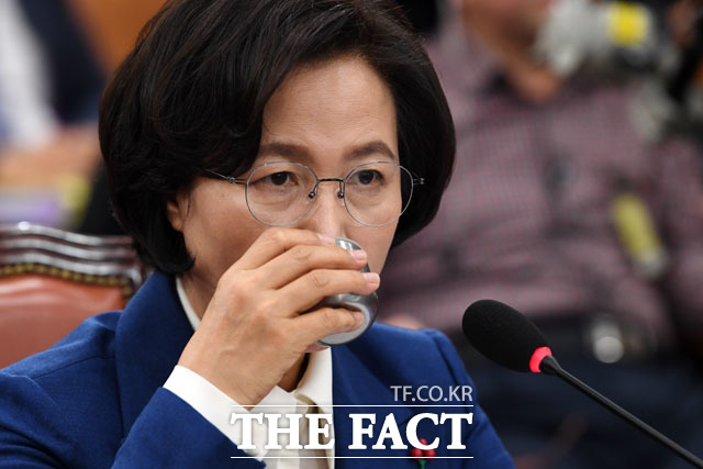 추미애 법무부 장관 후보자가 30일 오후 서울 여의도 국회에서 열린 인사청문회에 출석해 물을 마시고 있다./국회=남윤호 기자