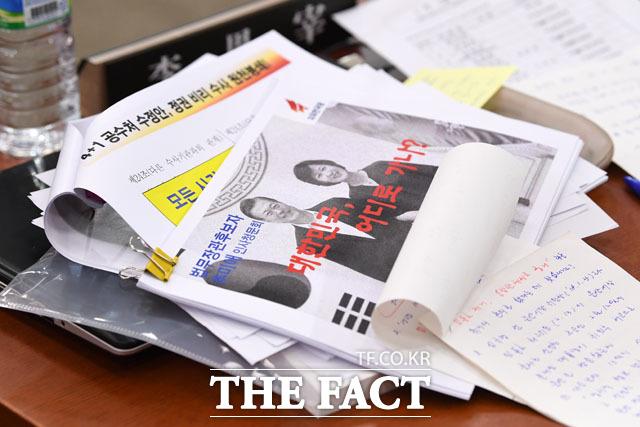 오후로 이어진 추미애 법무부 장관의 인사청문회, 이은재 의원의 자리에 놓인 자료들