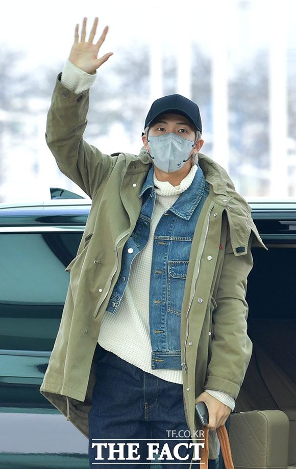 리더 RM의 힘찬 손인사.