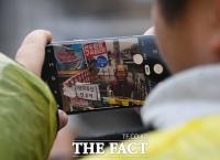 [TF포토] 훼손된 전두환 동상 촬영하는 시민
