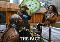 [TF포토] 외국인도 관심있게 보는 전두환 동상