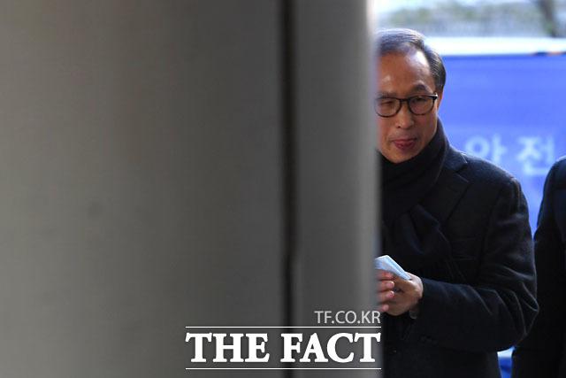다스 자금 횡령과 뇌물수수 의혹을 받고 있는 이명박 전 대통령이 지난해 12월 20일 오전 서울 서초구 서울고등법원에서 열린 항소심 39차 공판에 출석하고 있다./남윤호 기자