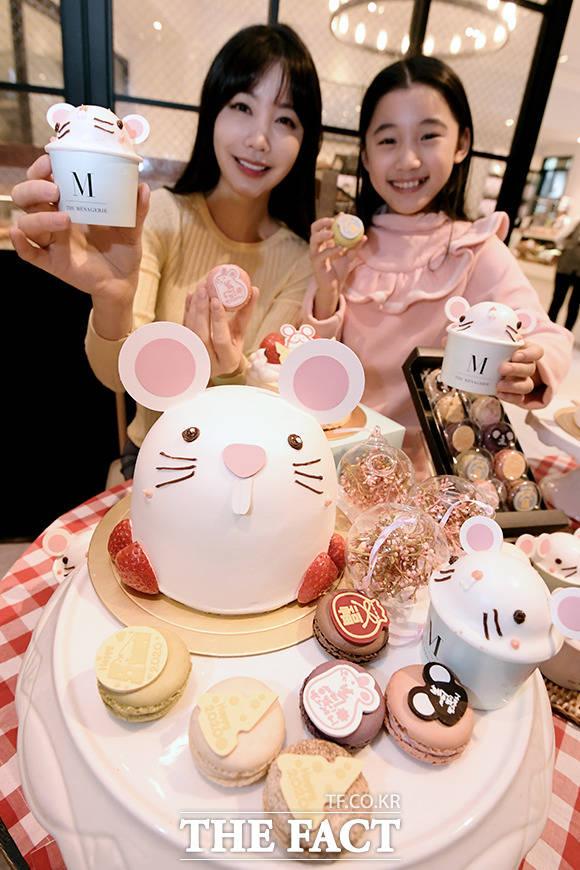 2일 오전 서울 중구 신세계백화점 본점 프리미엄 베이커리 매장 더 매나쥬리에서 모델들이 흰 쥐 모양의 케이크를 들고 포즈를 취하고 있다. /이선화 기자