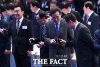[TF포토] 축배드는 이낙연 총리와 박용만 회장