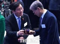 [TF포토] 성윤모 장관과 축배 나누는 윤부근 삼성전자 부회장