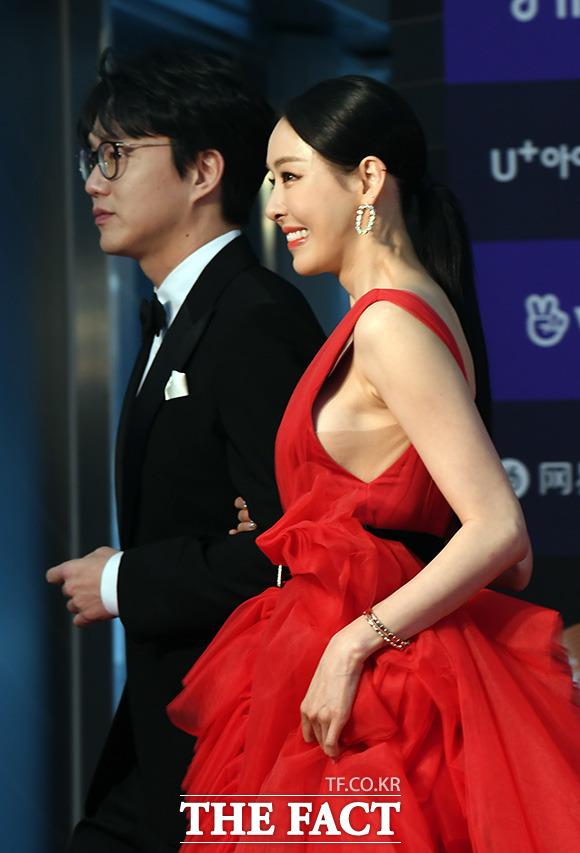 MC를 맡은 배우 이다희가 빨간 드레스로 눈길을 끌고 있다.