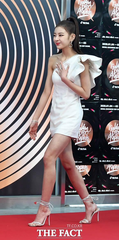 걸그룹 ITZY의 리아가 어깨가 드러난 화이트 드레스를 입고 포토 타임에 입장하고 있다.