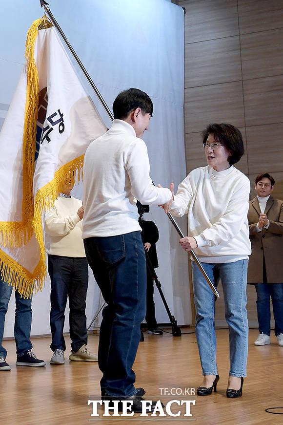 전국당원대표자회의 의장(오른쪽)에게 당기 전달받는 하태경 의원