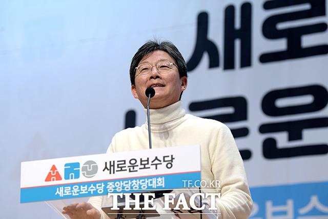 새로운보수당 중앙당 창당대회가 5일 오후 서울 여의도 국회 의원회관 대회의실에서 열린 가운데 유승민 의원이 웃고 있다. /국회=이선화 기자