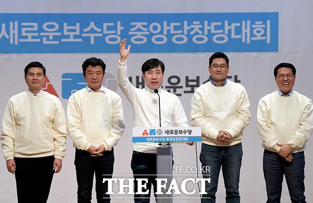 새로운보수당 중앙당 창당대회가 5일 오후 서울 여의도 국회 의원회관 대회의실에서 열린 가운데 하태경 의원이 공동대표 선출 각오를 다지고 있다. 사진은 지상욱 의원, 유의동 의원, 하태경 의원, 오신환 의원, 정운천 의원(왼쪽부터) /이선화 기자