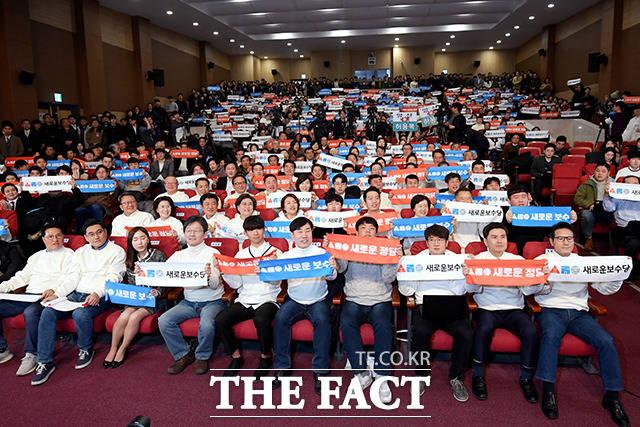 새로운보수당 중앙당 창당대회가 5일 오후 서울 여의도 국회 의원회관 대회의실에서 열린 가운데 유승민 의원 및 당 관계자, 지지자들이 슬로건을 들고 퍼포먼스를 펼치고 있다. /이선화 기자