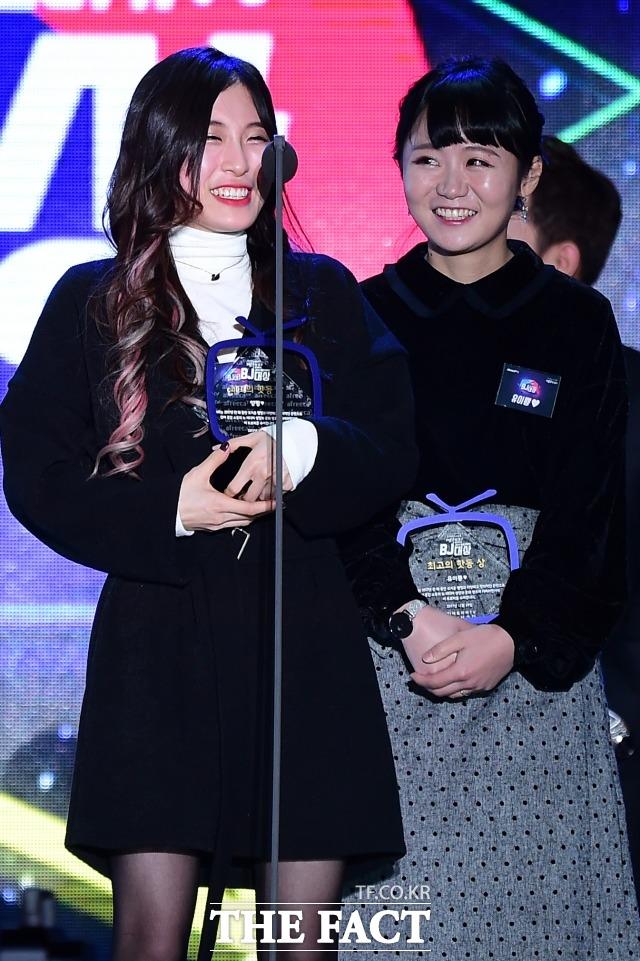 2017 아프리카TV BJ대상 에서 BJ 양팡(왼족)이 특별상을 수상 후 수상소감을 밝히고 있다. /남용희 기자