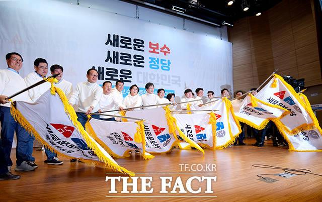 새로운보수당 중앙당 창당대회가 5일 오후 서울 여의도 국회 의원회관 대회의실에서 열린 가운데 유승민 의원(왼쪽에서 여덟번째) 및 당 의원들이 당기를 흔들고 있다. /이선화 기자