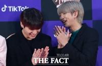 [TF포토] 물개 박수 치며 즐거워 하는 '정국-RM'