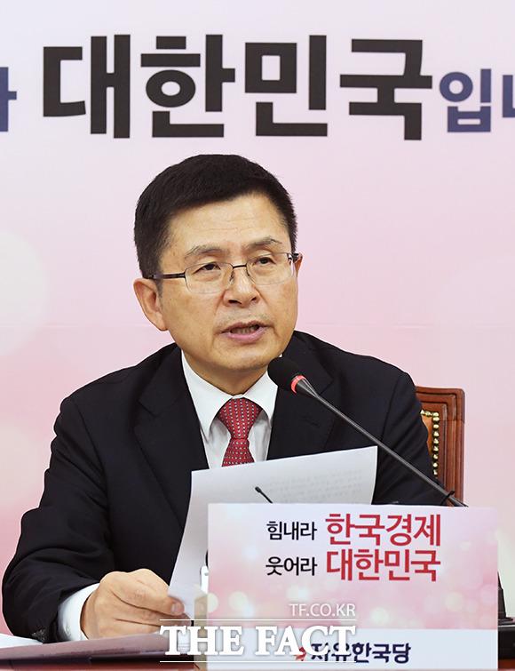 총선을 100일 앞두고 보수통합 목소리가 거세지는 가운데 황 대표가 주도권을 차지할 수 있을지 주목된다. 6일 오전 국회에서 열린 한국당 최고위원회의에서 황 대표가 발언하고 있다. / 국회=배정한 기자