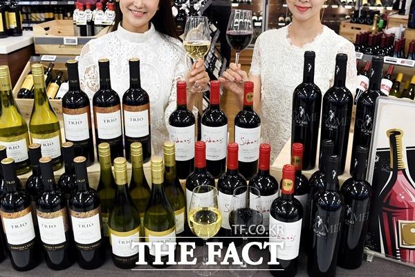 업계는 이른바 가성비 와인이 와인 시장의 성장을 이끌었다고 평가한다. 사진은 이마트 와인장터 모습. /더팩트 DB