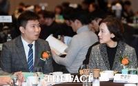 [TF포토] 유은혜 장관과 대화 나누는 유승민 IOC위원