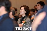 [TF포토] 유은혜 장관, '국기에 대한 경례'