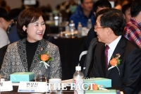 [TF포토] 대화 나누는 유은혜 장관과 반상진 원장