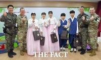 [TF포토] DMZ 대성동초등학교 졸업식 찾은 JSA 장병들
