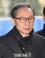 [TF포토] 긴장된 표정으로 법원 향하는 이명박 전 대통령