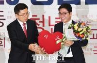 [TF포토] 자유한국당에 입당한 탈북민 인권운동가 지성호