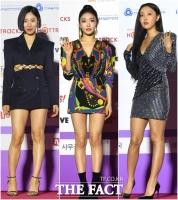 [TF사진관] 리아킴-청하-화사, 어깨 힘 준 센 언니들~